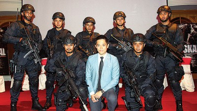 《PASKAL》导演郑建国以及第一演员,(后排左起)Theebaan G、许亮宇、Gambit Saifullah、Hafizul Kamal、Ammar Alfian、(前排左起)Hairul Azreen、郑建国、Taufiq Hanafi。