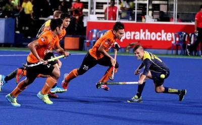 大马队员尝试突破澳洲队的防守。