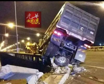 运沙重型罗里失控撞毁大桥围堤,导致栏杆破损。