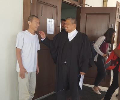 被告邱建立(译音)向代表律师胡赛尼表示致谢。