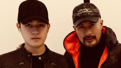 徐锦江(右)与儿子徐菲感情融洽。