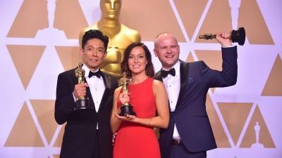 日本特效化妆师辻一弘(左)和搭档获颁奥斯卡最佳妆发设计。