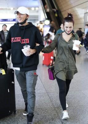 钱柜客户端官网下载、卢靖姗机场同框,她看到镜头低头甜笑。
