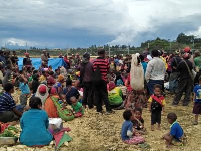 巴布亚新几内亚居民因地震集合在避难所。