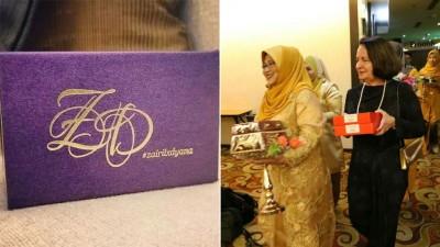 """礼盒上写著""""#zairilxdyana""""字样,再以Z和D设计成交织图案。女方代表将礼品送入会场。"""