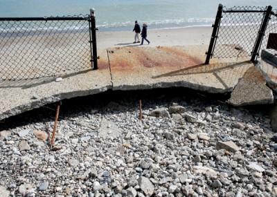 于一个海滩附近,风暴摧毁了海堤。