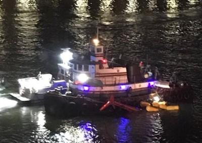 朝派出船只驶近直升机尝试救援。
