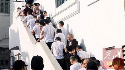 36何谓被告被押往新山地庭过堂。