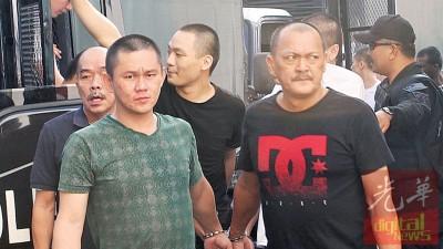 头目许瑞川(右)与其他被告一同被押往新山地庭过堂。