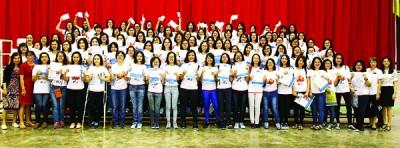 槟华女子国民型中学考获7A或以上的学生合照。
