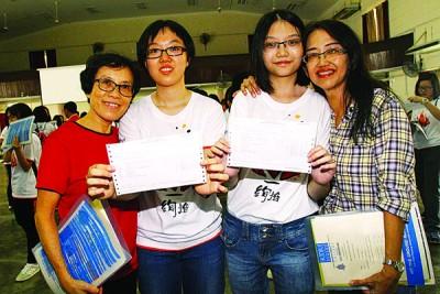 情同姐妹的胡咏欣(左2)与谢京容(左3)也在SPM中考获一样的佳绩。(左1为)胡咏欣母亲林玉莲及(右1为)谢京容母亲林萍萍。