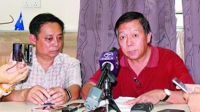 邹忠霖(右)强调,会尽力争取古乃光留守亚罗牙也国席。旁为斯里巴央支会主席李耀雄。