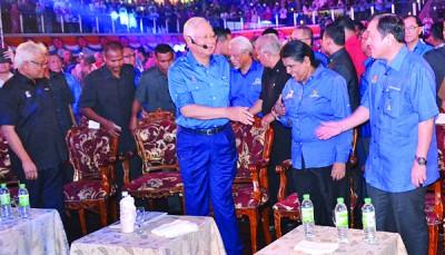 纳吉抵步时受到第二国际贸易及工业部长黄家泉等人的迎接。