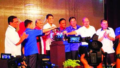 阿末扎希(左3)在再纳阿比丁(左4) 及右起陈德钦,槟州政府秘书法理占,邓章耀及副部长理查马里肯等陪同下为活动主持推展。