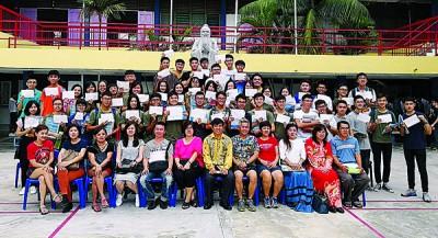 校长杨来福(坐者右6)、师长们与考获优秀成绩的学生合影。