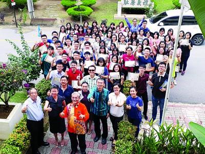 华联国中所有优秀生与校长黄厚赐及董家协成员合照。