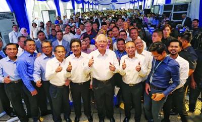 """纳吉(前排左6)出席国民投资公司欢庆成立40周年典礼,与出席者竖起拇指示""""赞""""。左5起是佐哈里及阿都华希。"""