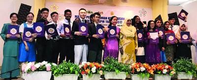 吉州教育局主任阿祖雅(左9)颁发成绩给全A+及特殊考生后合影。