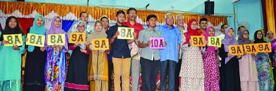 玛兹尔(前排左8)与考取佳绩的拿督赛阿末中学的学生合影。