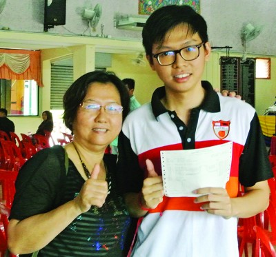 胡嘉骏(右)与母亲黄秀花分享考获全A的喜悦。