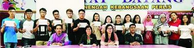 玻璃市中学考获4A以上的学生与校长江丽丽(前右2)及教师合影。