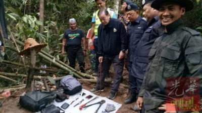 公安部以于现场找到属于匪徒之物件,陈一旁。
