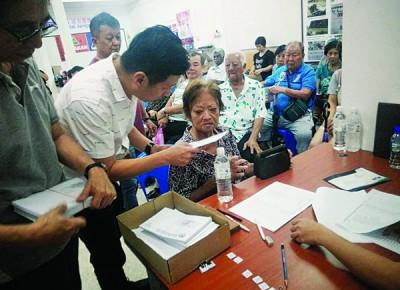 胡栋强颁发一马援助金现金券给82名受惠者。