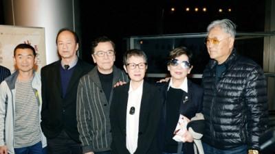 狄龙(左二)、姜大卫(左三)相当人口吗参加李菁回顾会。