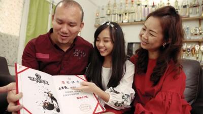 它们和大王明辉、妈张佩锶一同分享入围喜悦。