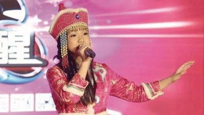 立在台上演唱的王紫薇,跟平时说轻声细语的她判若两人,接近是原就属舞台的扮演者。
