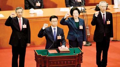 左起:胡春华、韩正、孙春兰、刘鹤当选新一届国务院副总埋,一同宣誓。