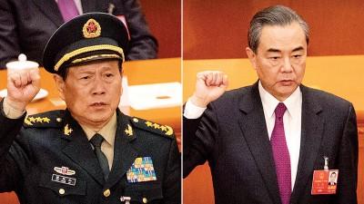 左起:魏凤和、王毅宣誓。