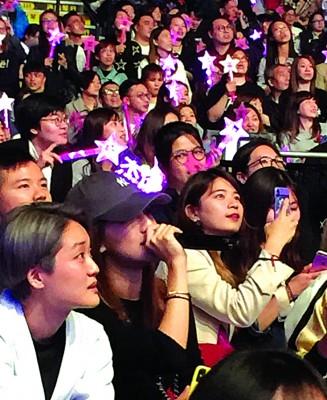 母报及女伴去看周杰伦演唱会,尚同台上的周杰伦合唱,从未影响到它们的心绪。