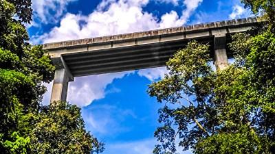 """从60公尺高的高架天桥往下跳,完成""""荡秋千""""的动作,你有胆量吗?"""