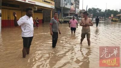 阿鲁古玛(左1)临水灾区巡视,刺探情况。
