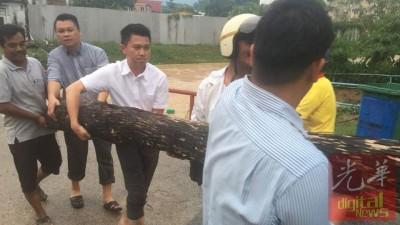 当马华芙蓉国会候选人,张盛闻(受)接报后就交场施援。