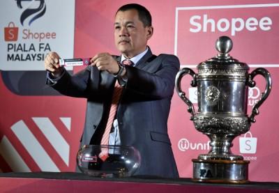 大年夜马腳总秘书拿督哈密丁为腳总杯8强赛掌管抽签仪式。