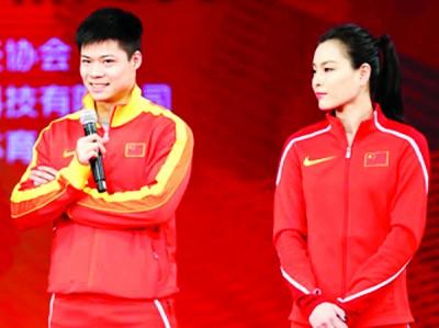 """苏炳添(左)与吴敏霞(右)出席""""我要上奥运""""的新闻发布会。"""