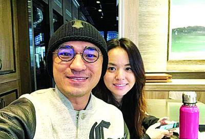 小马(左)开心宣布老婆怀孕。