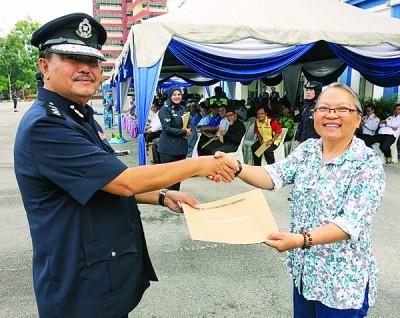 莫哈末因泰颁发奖状给本报《光华日报》太平办事处新闻主任梁丽萍。