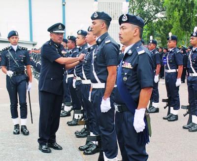 阿末然占(受到)检阅仪仗队时,也警员整理服装。