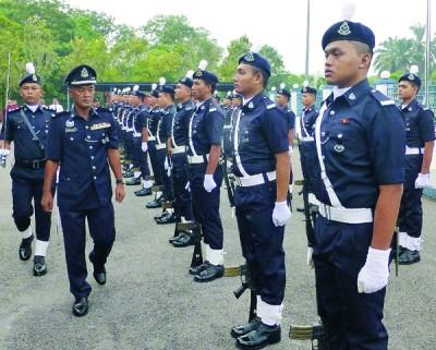 峇鲁丁检阅仪仗队。