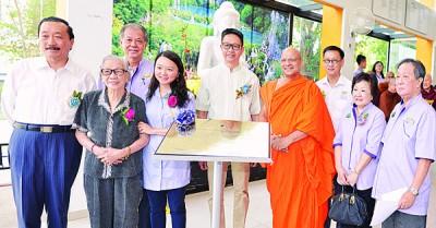 邓章钦(中)为梳邦再也佛教会大楼主持启用仪式。左起为陈志远、刘秀明、杨巧双、达摩拉塔那长老、李瑞珍和邱瑞万。