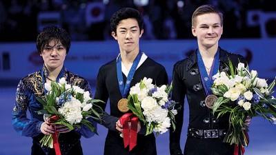 今年才满19岁的美国选手陈巍(中)以出色的发挥获得花样滑冰世锦赛男子单人滑冠军,日本选手宇野昌磨(左)和俄罗斯选手科尔亚达(右)分获第2、3名。