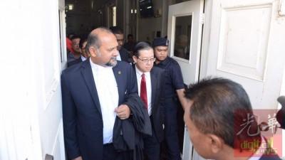 林冠英(左2)与代表律师哥宾星(左1)于中午11时58分离开槟城高庭。