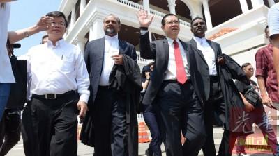 曹观友(左起)、哥宾星、林冠英、雷尔等人在休庭后赶往槟州大会堂参与记者会。