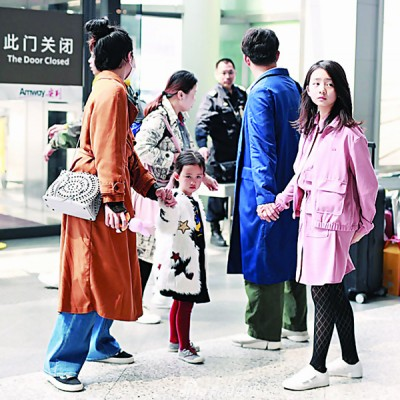 黄磊一家四口现身上海机场。