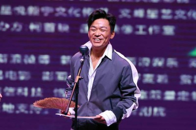 """王宝强亲自领""""最烂""""导演奖,并为自己的不足向观众道歉。"""