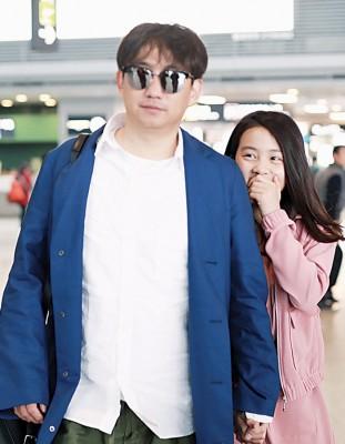 女儿已长高超过他肩膀,掩嘴笑非常可爱。