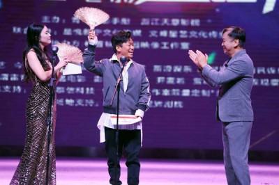 王宝强亲临金扫帚奖颁奖典礼,是该奖举办9年以来首位亲自领奖的大腕明星。